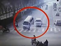 何が起きた!?中国で車3台が浮き上がる謎の事故が撮影される。なんだこれ。