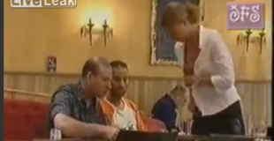 【動画】レストランでコーヒー頼んだらウエイトレスのブロンド美女が母乳を搾りミルクを入れるwww