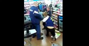 【ケンカ動画】ウォールマートで女従業員と女性客のキャットファイトが始まり店内がぐじゃぐじゃwwwww