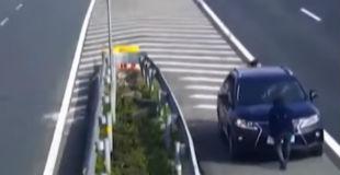 【動画】中国の高速道路の監視カメラに謎の動きをする3人組が映る。何をしているのかと思ったら?