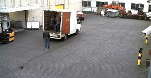 【動画】絶対そうなるだろwww 横着なやり方でビールケースを降ろそうとした配達員に待ち受けていた結末www