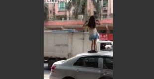 【衝撃動画】ドライバーから現金をもらうために自動車の屋根で下半身裸になる女性…。