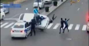 【瞬間映像】車が大勢の人混みに衝突する交通事故瞬間映像!!