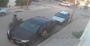 【衝撃動画】高くついた代償… 車のサイドミラーを盗もうとするが失敗して大勢からフルボッコwwww