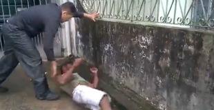 【閲覧注意】捕まえた窃盗犯を殺す勢いでボコボコにしているヤバい動画…