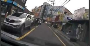 【動画】歩きスマホでノールック横断vs下手くそ運転手。後頭部でフロントガラス割れてるしヤバいかな。