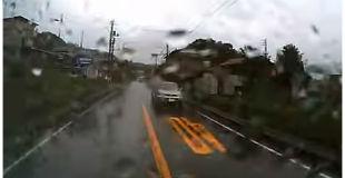 【動画】伊豆の観光バスが逆走してきた商用バンと正面衝突。重傷者がでた事故の瞬間。