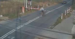 【リアルマリオカート】踏切で止まらずにそのまま突っ切ろうとした自転車乗りの男性が…【衝撃】