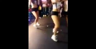 【衝撃】セクシー美女ダンサー達に嫉妬しすぎて暴行をするキ○ガイ女性の映像
