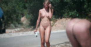 ヌーディストビーチでナンパ成功…「この後 絶対セ○クスするだろ」って2人の画像