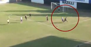 【衝撃映像】サッカーの試合で一発退場になった腹いせに倒れている選手に顔面蹴りをかます選手がひどすぎる…