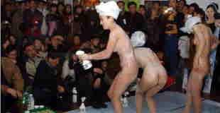 【エロ注意】中国のショッピングモールでバス用品の販促で全裸パフォーマンスする美女たちwww