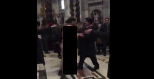 【衝撃】神聖な大聖堂に全裸で叫びながら拘束されて精神病院へぶち込まれたキチ〇イ男性の映像