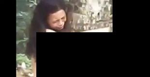 【衝撃】浮気した妻を全裸で木にくくりつけて放置する旦那の私刑映像…