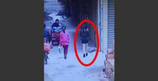 【衝撃動画】歩いているボディコン女性のパンティーを白昼の路上で強奪する痴漢。