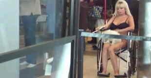 【エロ注意】ブラとパンティーだけで車いすにのってる謎のブロンド美女が空港にいるんだけど。