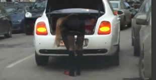 【動画】高級車ベントレーにのったタイトなミニスカとエロいパンスト履いた美女のパンチラがエロいw