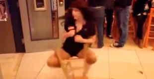 【動画】イスで衝撃的な回転技を披露する女の子www