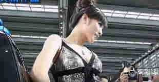 【エロ注意】中国のモーターショーでカメコに乳首まで撮影されちゃう美女イベントコンパニオンwww※動画あり