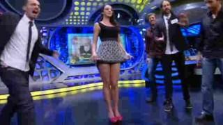 【エロ注意】海外のテレビでは美女がミニスカ捲り上げてCストリング見せちゃうwww