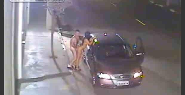 【防犯カメラ映像】全裸ドライブして車通りがないことを確認すると路上で立ちバックでハメる全裸カップルwww