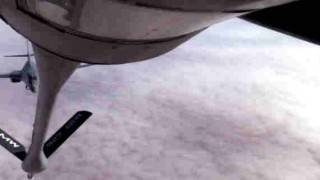 【動画】空中給油・輸送機から爆撃機と近接航空支援専用機への空中給油がカッコいい!
