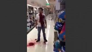 【閲覧注意】ショッピングセンターで自分の喉をナイフで切り裂き自殺する男性…。