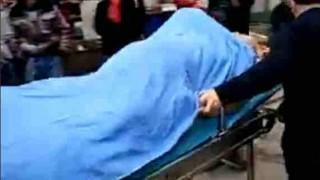 【動画】売春婦のマンコにチンコを挿入したまま救急搬送される老人…。