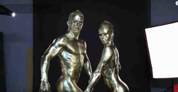 【エロ注意】金箔とかで全身にボディ―ペイントしてるけど割れ目くっきり見えててエロいんだけどwww