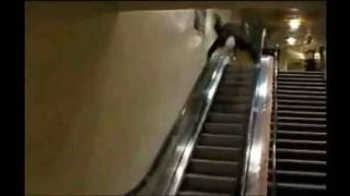 【衝撃】エスカレーター下りでトンデモナイ乗り方をする男性を撮影した動画。