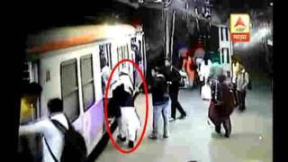 【動画】電車に乗り遅れたおじさんが無理に乗ろうとして線路に落ち真っ二つに…。