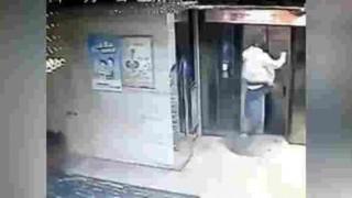 【動画】エレベーターを蹴破って乗ろうとした結果…。