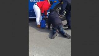 【動画】酔った男性がバスの下にハマって抜けなくなる…。