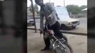 【動画】カッコつけてホイルスピンしながらバイクを発進した結果→キィーーーガチャン!!!!!