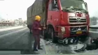 【車載カメラ動画】大型トラックとバイクが正面衝突→10メートル下敷きになり引き摺られる…。