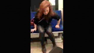 【動画】地下鉄で薬物でおかしくなっている女性の横に座った男性の悲劇www