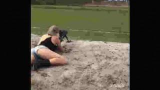【イイ眺め動画】ライフルを発砲するたびに揺れるショートパンツからこぼれそうなプルンプルンのお尻www※微エロwww