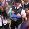 【エロ注意】ノッティングヒルカーニバルでセクシーな女性にヒップダンスで股間刺激され喜ぶ警察官www
