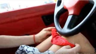 【動画】車内でパンティー脱いでノーパンでショッピングセンターをひらひらミニスカで闊歩するブロンド美女www