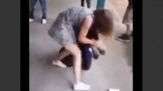 【イジメ動画】かわいらしい少女に格闘技ばりの膝蹴りをされボコられる少年。