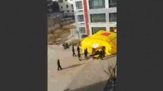 【動画】高層マンションからの飛び降り自殺でクッションの上に落下…。