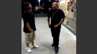 【暴行動画】イカツい黒人がイカツいガソリンスタンド店員に暴行してるとこを動画撮影してるんだけど。