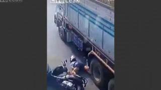 【閲覧注意】原付に乗った女性が連結トレーラーの近くで転倒した結果…。