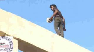 【動画】群衆から謎の歓声を受け橋から線路への飛び降り自殺をする男性。