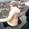 【イタズラ動画】座っている女性に後ろから立ち小便でお小水をかけるというイタズラをする男性…。
