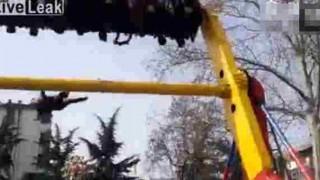 【事故動画】遊園地の回転系のアトラクションで安全ベルトがとれて男性が落下…。