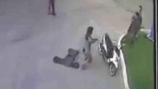 【動画】ナイフを持った男性が足を撃たれても武装した警察官に抵抗する。