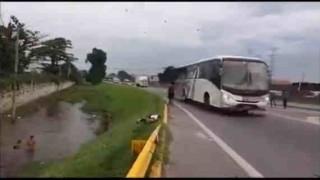 【事故動画】子供たちが川遊びをしてるときに自動車にはねられありえないくらいに宙を舞う…。