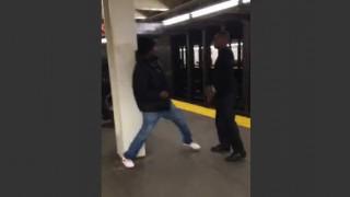 【衝撃展開】ボクシングしてそうな若者と普通の老人が地下鉄ホームでストリートファイト。