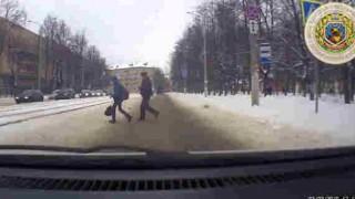 【動画】身を挺して子供を突っ込んできた自動車から守る警察官。